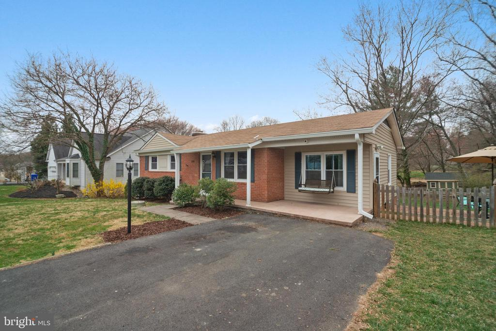 Double-wide driveway for guests! - 180 S HUGHES ST, HAMILTON