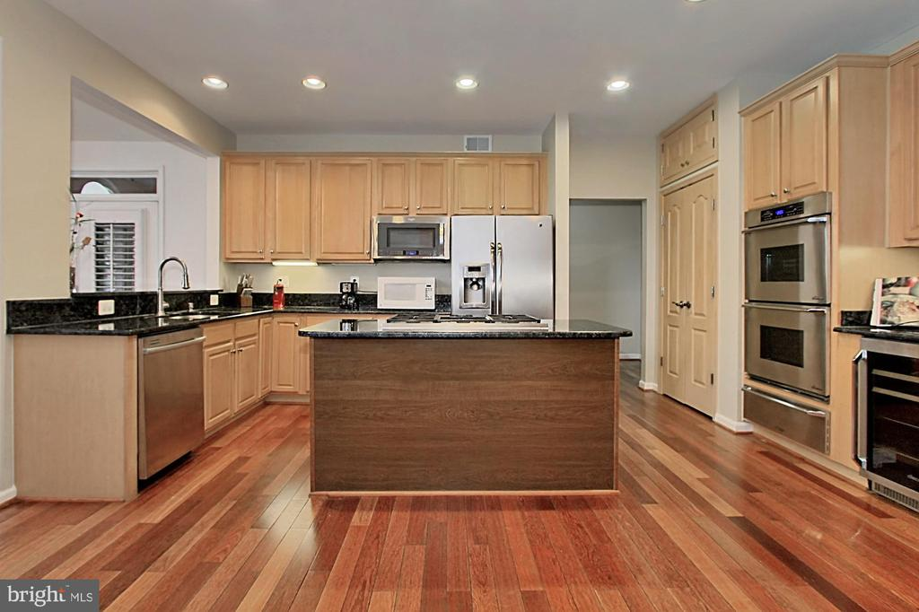 Kitchen With Granite Counter Tops - 42669 SILVERTHORNE CT, BROADLANDS