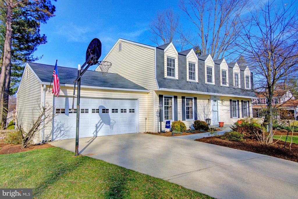 Manicured lawn and landscaping - 10902 CARTERS OAK WAY, BURKE