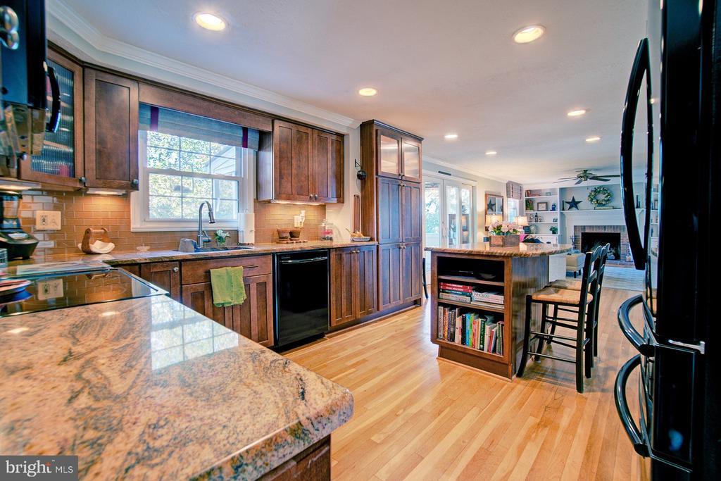 Granite counters and wood floors - 10902 CARTERS OAK WAY, BURKE