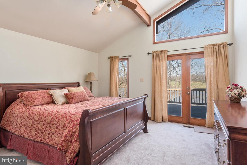 SPACIOUS MASTER BEDROOM W/ACCESS TO REAR DECK - 110 WINDWAY DR, ORANGE