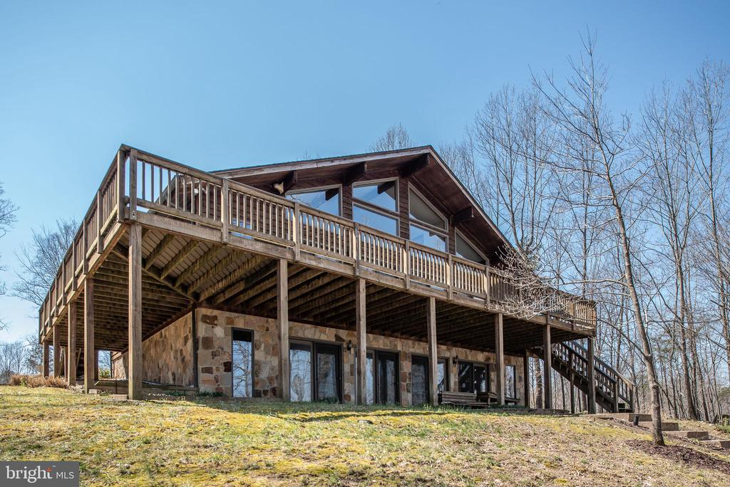 HUGE DECK & LL COVERED PATIO OVERLOOKING THE LAKE - 110 WINDWAY DR, ORANGE