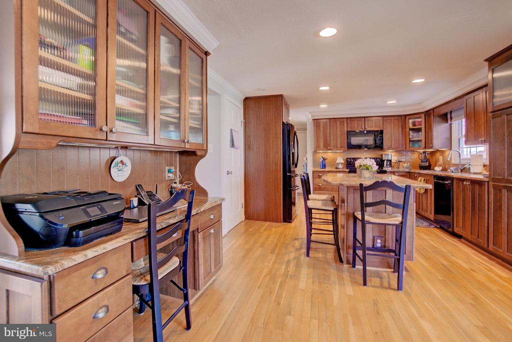 Large renovated kitchen with plenty of space - 10902 CARTERS OAK WAY, BURKE