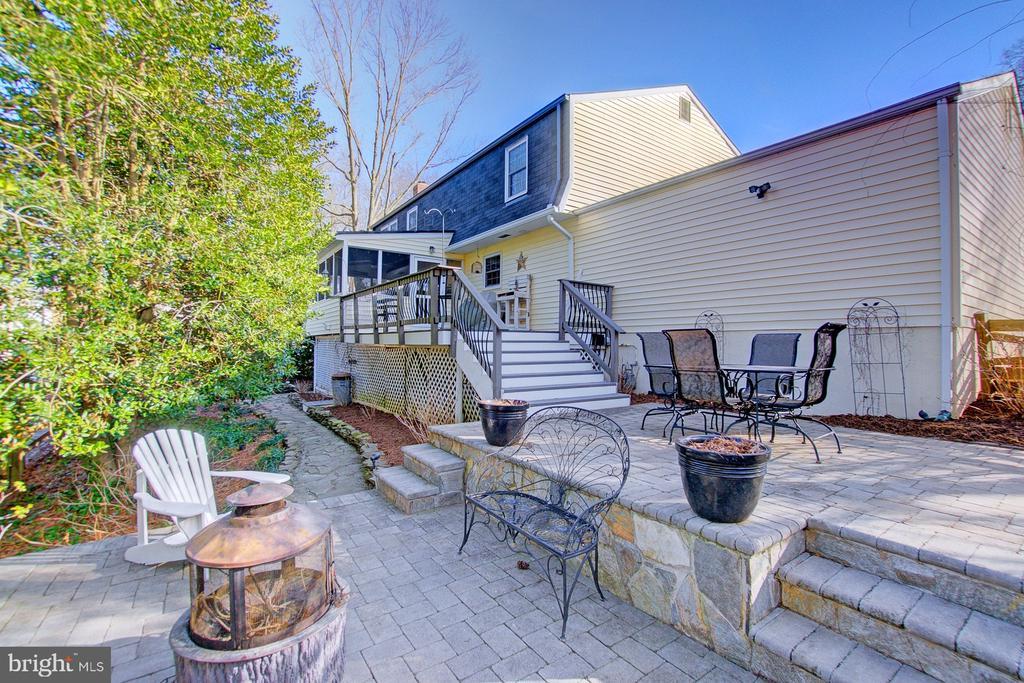 Large stone patio in fenced backyard - 10902 CARTERS OAK WAY, BURKE