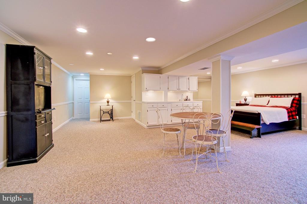 Basement space w/ carpet and recessed lights - 10902 CARTERS OAK WAY, BURKE