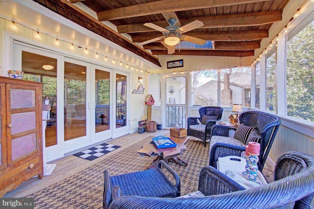 Relaxing Screened-In Porch in the back - 10902 CARTERS OAK WAY, BURKE
