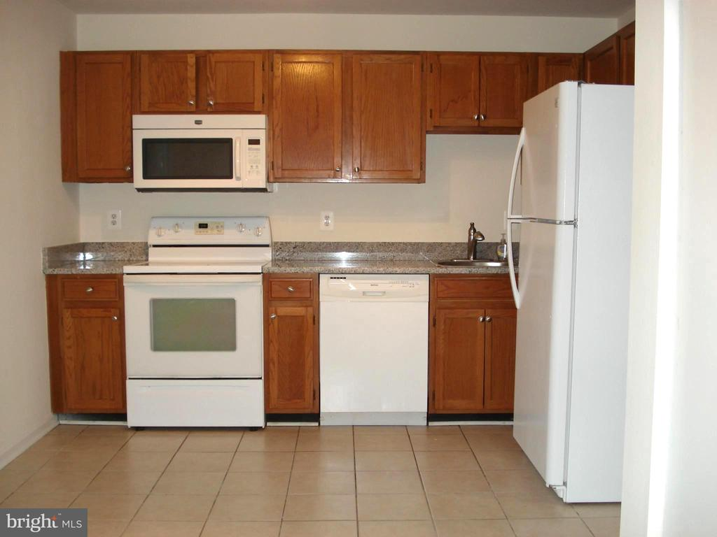 Spacious KItchen with Eat-In Space - 16299 TACONIC CIR #89F, DUMFRIES