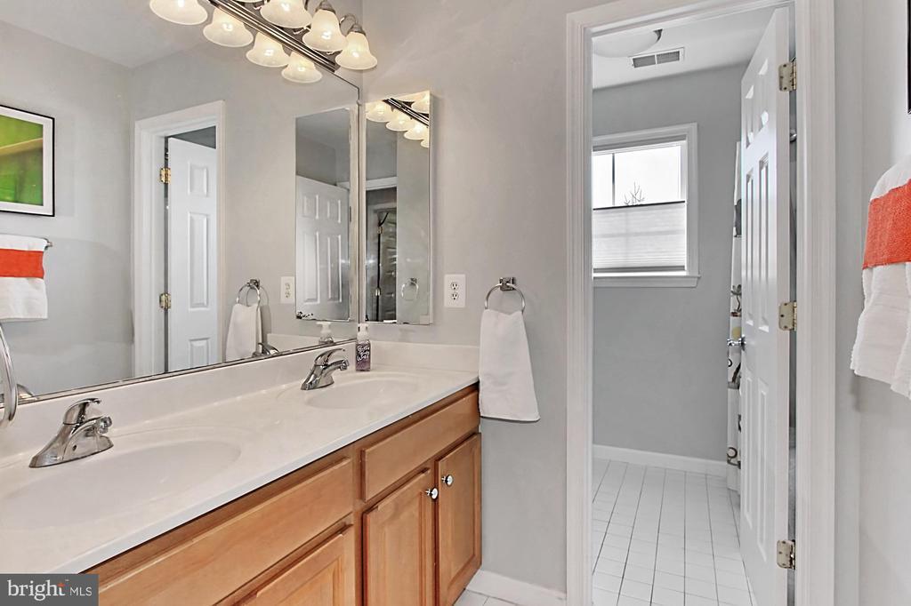 Hall full bath - 42603 GOOD HOPE LN, BRAMBLETON