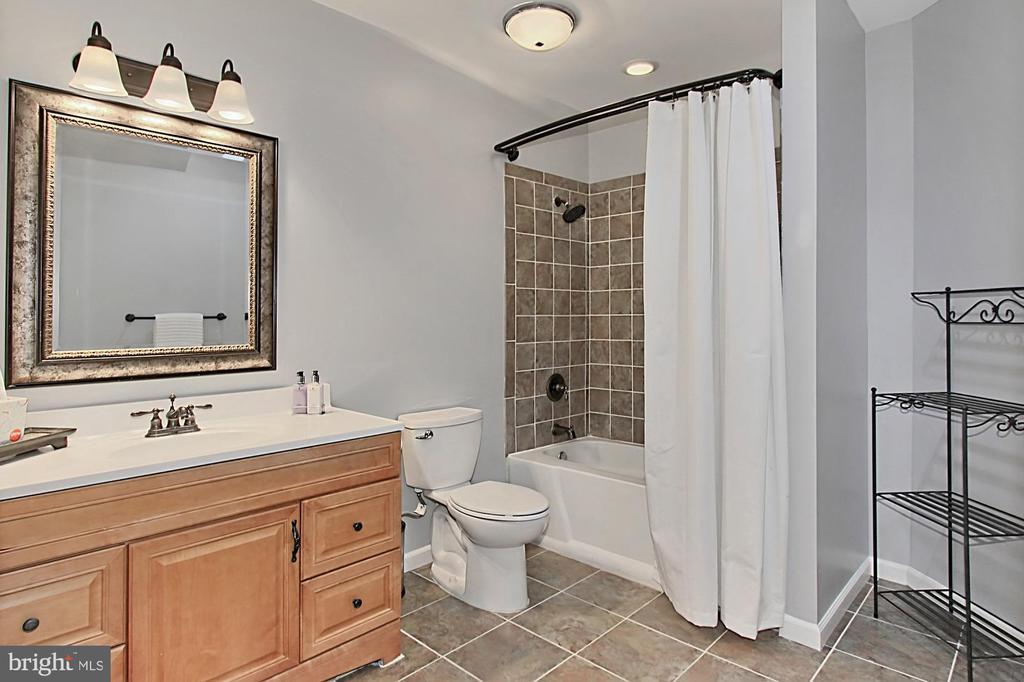 Full bath in basement - 42603 GOOD HOPE LN, BRAMBLETON