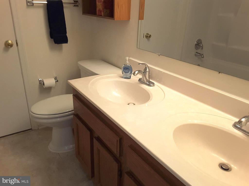 Pass-Through Full Bath with Twin Bowl Vanity - 16299 TACONIC CIR #89F, DUMFRIES