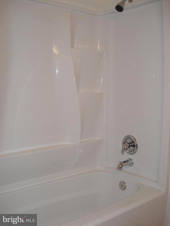 Pass-Through Full Bath with Tub/Shower - 16299 TACONIC CIR #89F, DUMFRIES