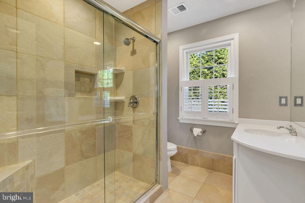 Tiled hall bath - 5597 CEDAR BREAK DR, CENTREVILLE