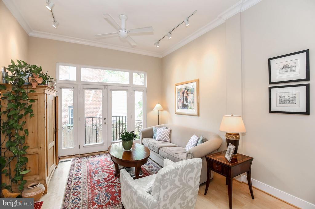 Sunny family room overlooks the patio - 1641 13TH ST NW #A, WASHINGTON