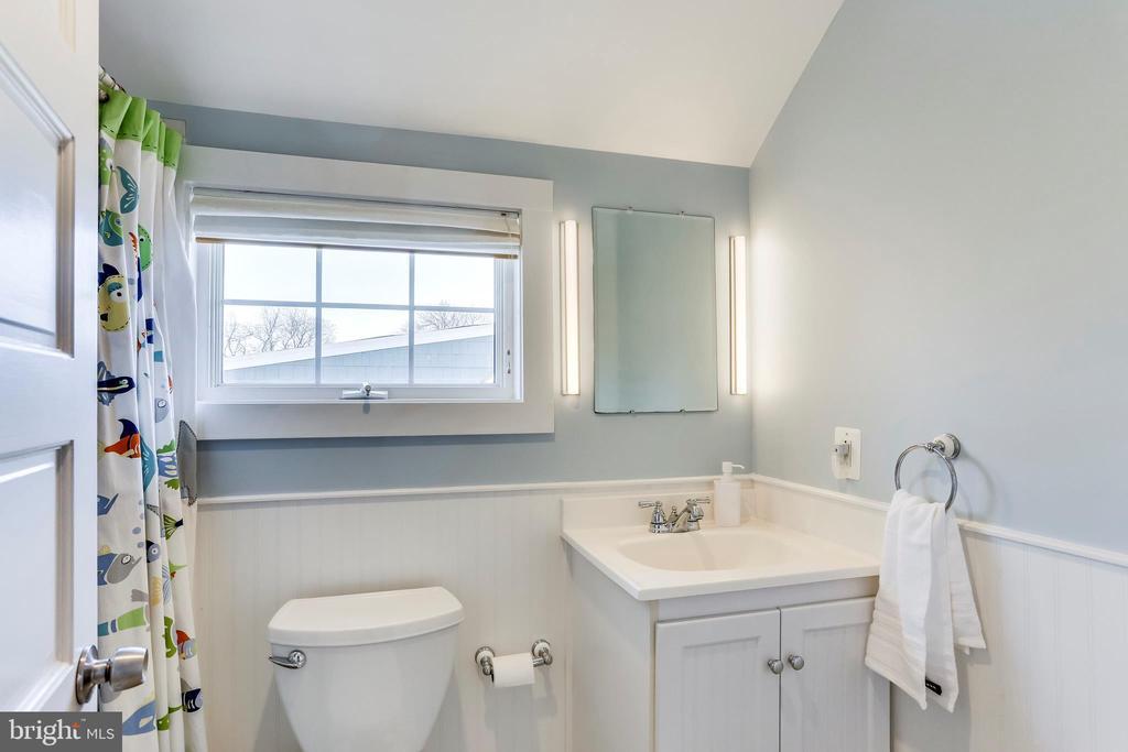 2nd of 2 Full Baths on 2nd floor - 2035 N TAYLOR ST, ARLINGTON