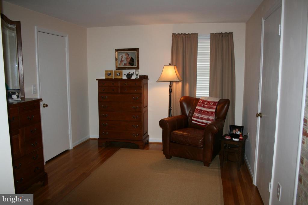 FURNISHED MASTER BEDROOM SITTING ROOM - 4312 SOUTHWOOD DR, ALEXANDRIA