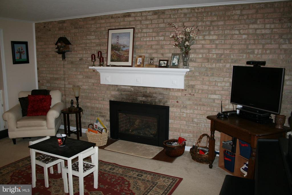 FURNISHED FAMILY ROOM - 4312 SOUTHWOOD DR, ALEXANDRIA