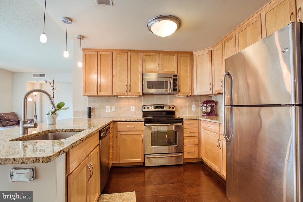 Stainless steel appliances and granite countertop - 888 N QUINCY ST #610, ARLINGTON