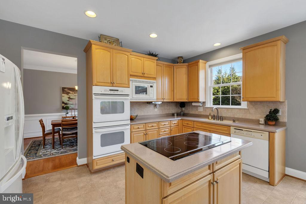 Corian countertops and tile backsplash - 43769 FARMSTEAD DR, LEESBURG