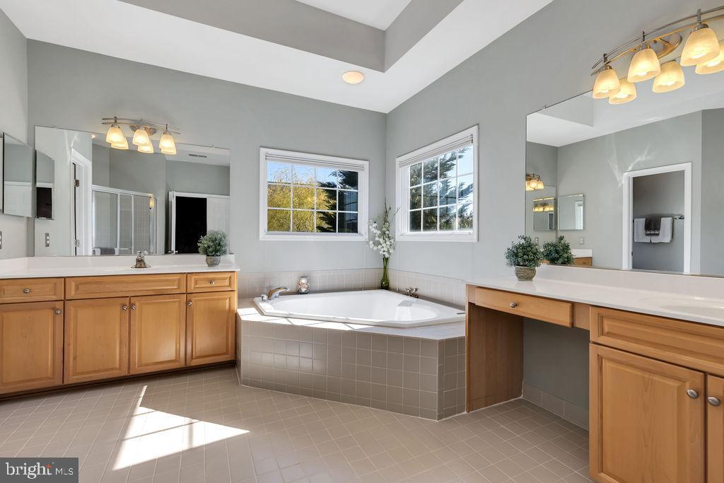 Large ensuite bath with soaking tub - 43769 FARMSTEAD DR, LEESBURG