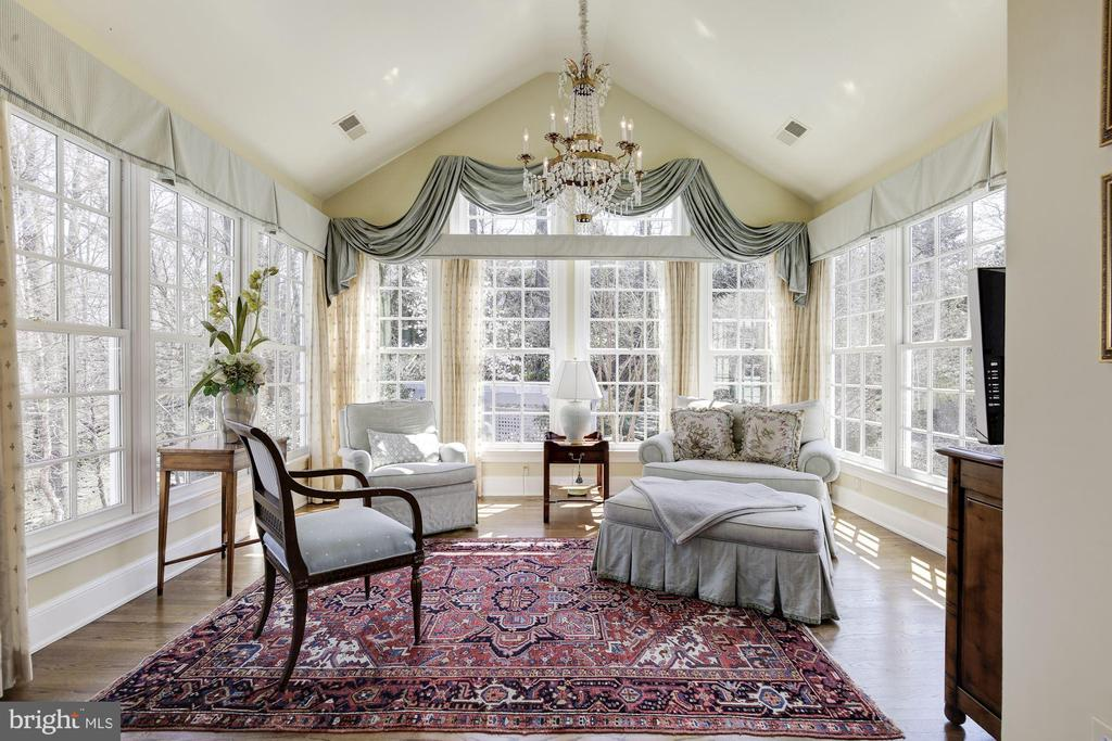 The sitting room is relaxing-- to read or watch TV - 224 W WINDSOR AVE, ALEXANDRIA