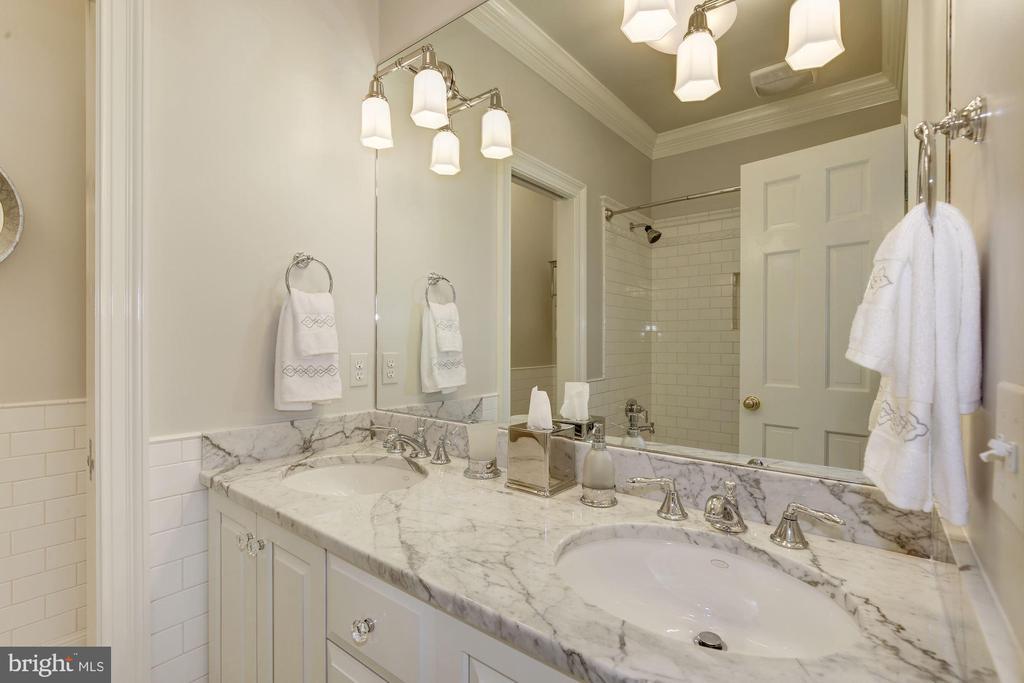 En suite bath w/ tub & separate WC & linen closet - 224 W WINDSOR AVE, ALEXANDRIA
