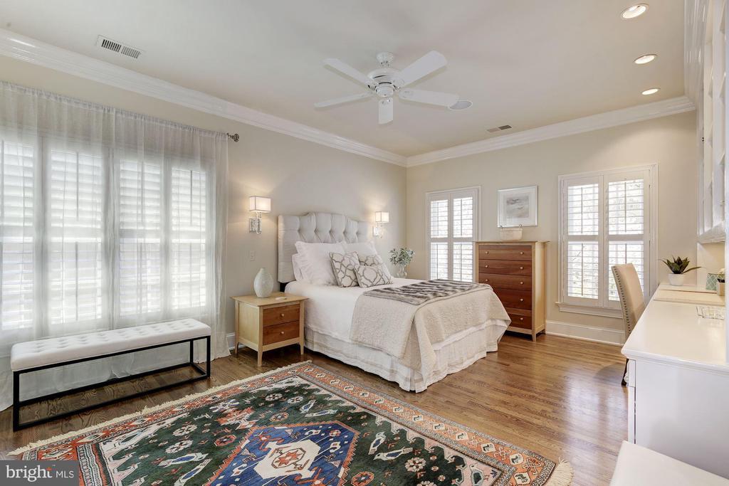 Sunny bedroom w/ built-ins & en suite bath - 224 W WINDSOR AVE, ALEXANDRIA