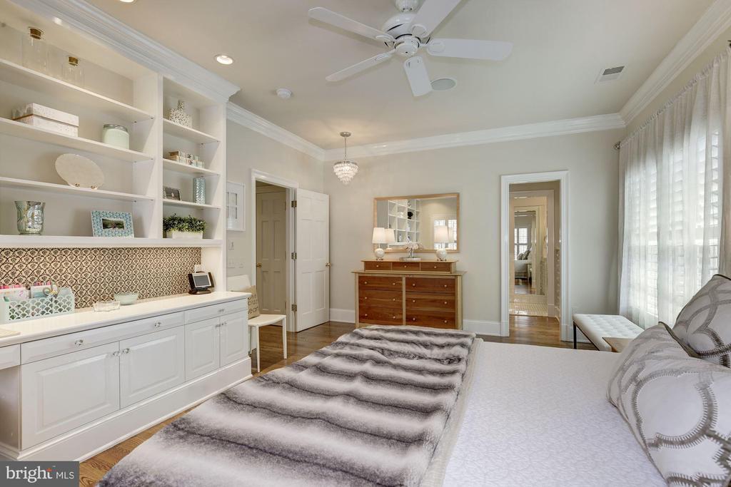 View toward closet w/ built-in drawers & bath - 224 W WINDSOR AVE, ALEXANDRIA
