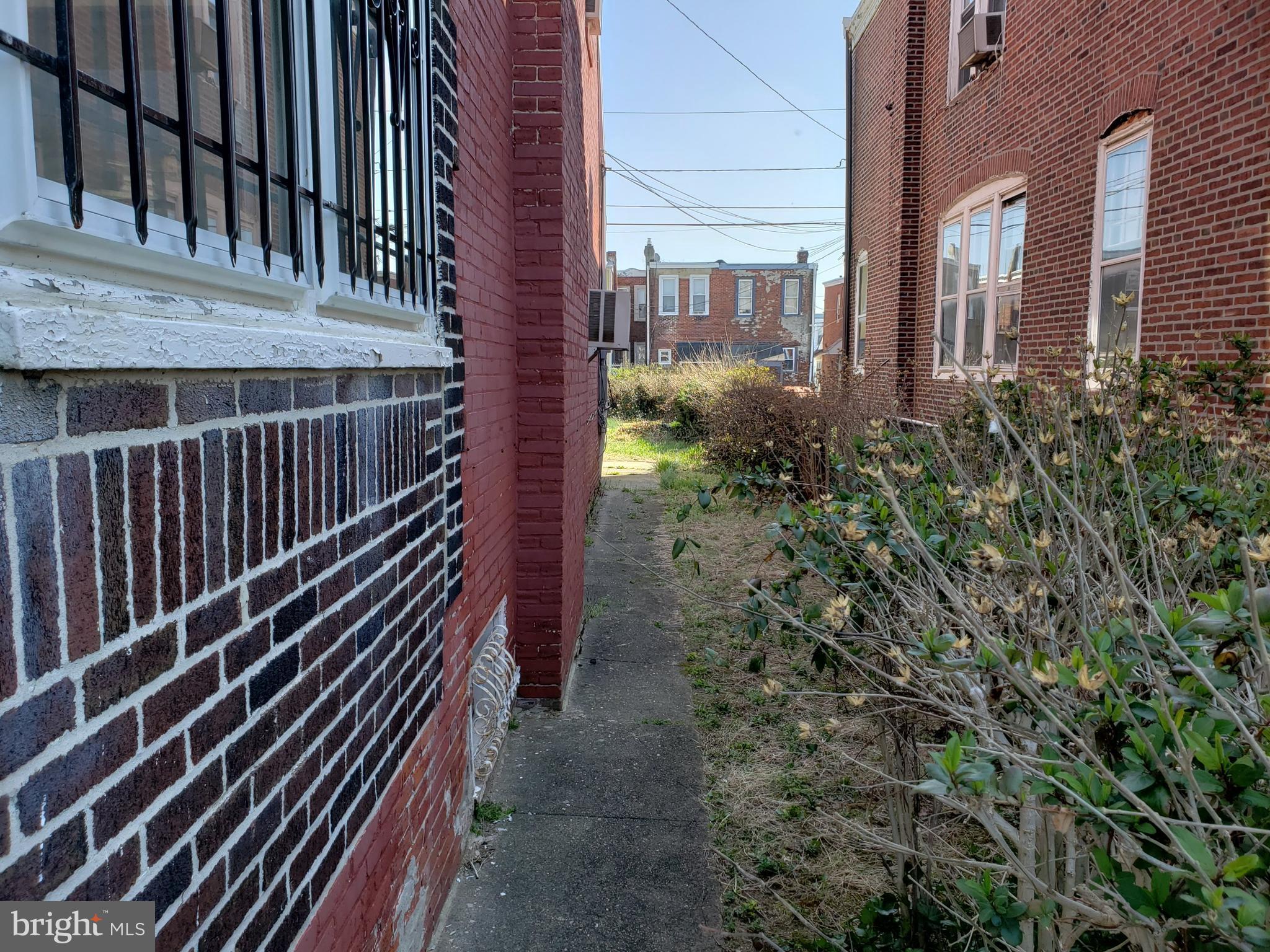 Side walkway to rear yard