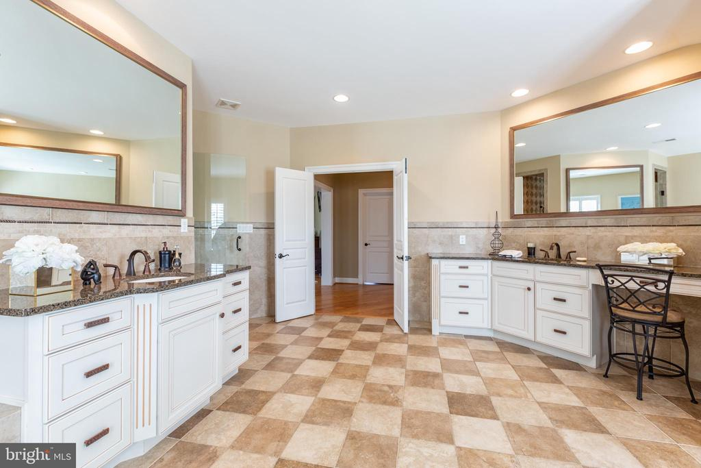 Double vanities in master bath - 9110 DARA LN, GREAT FALLS