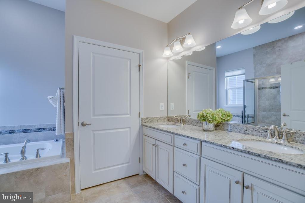 Dual sinks with separate water closet - 12472 SOUTHINGTON DR, WOODBRIDGE