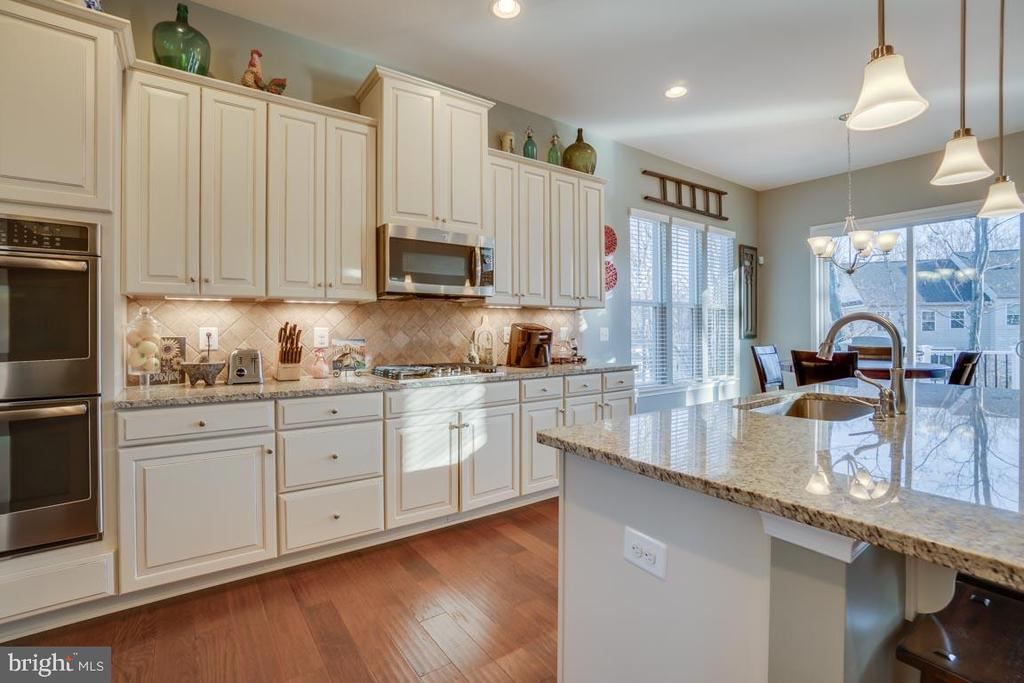Double oven and under-cabinet lighting - 12472 SOUTHINGTON DR, WOODBRIDGE