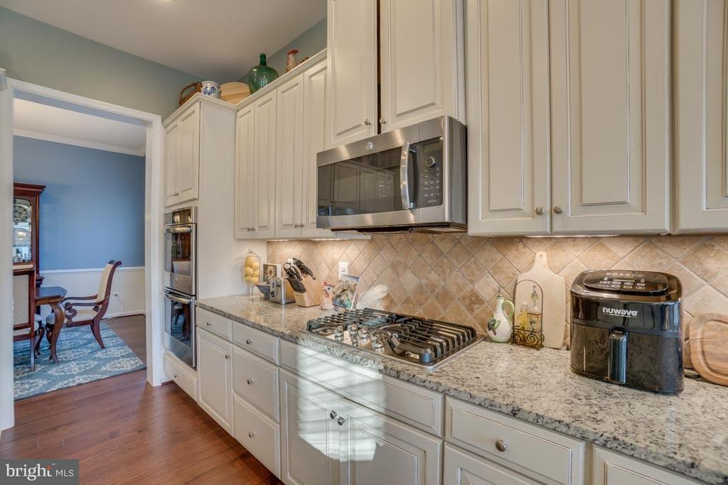 6 burner gas cooktop and double oven - 12472 SOUTHINGTON DR, WOODBRIDGE