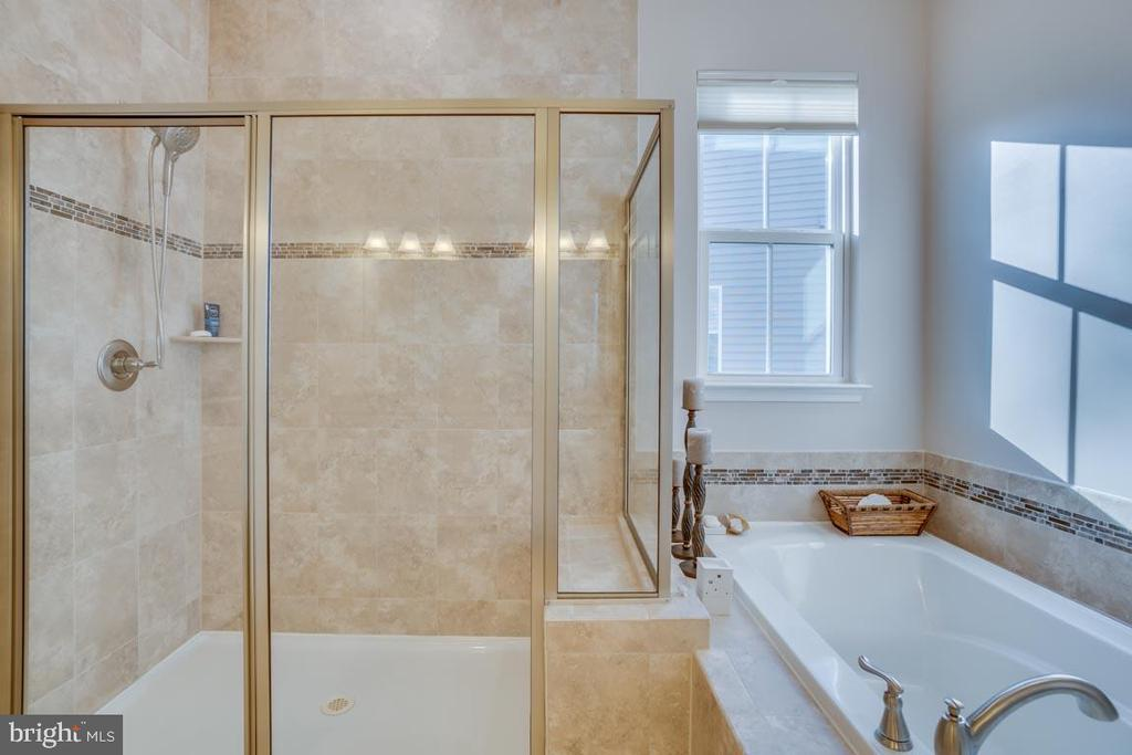 Soaking tub and extra large shower - 12472 SOUTHINGTON DR, WOODBRIDGE