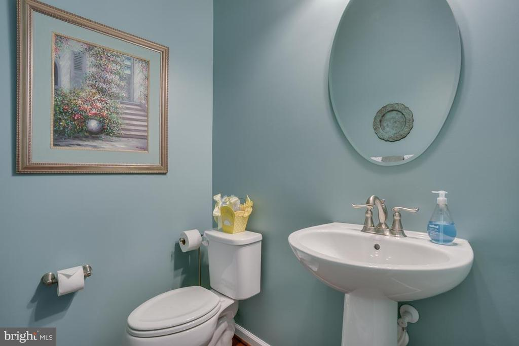 Main level Powder Room - 12472 SOUTHINGTON DR, WOODBRIDGE