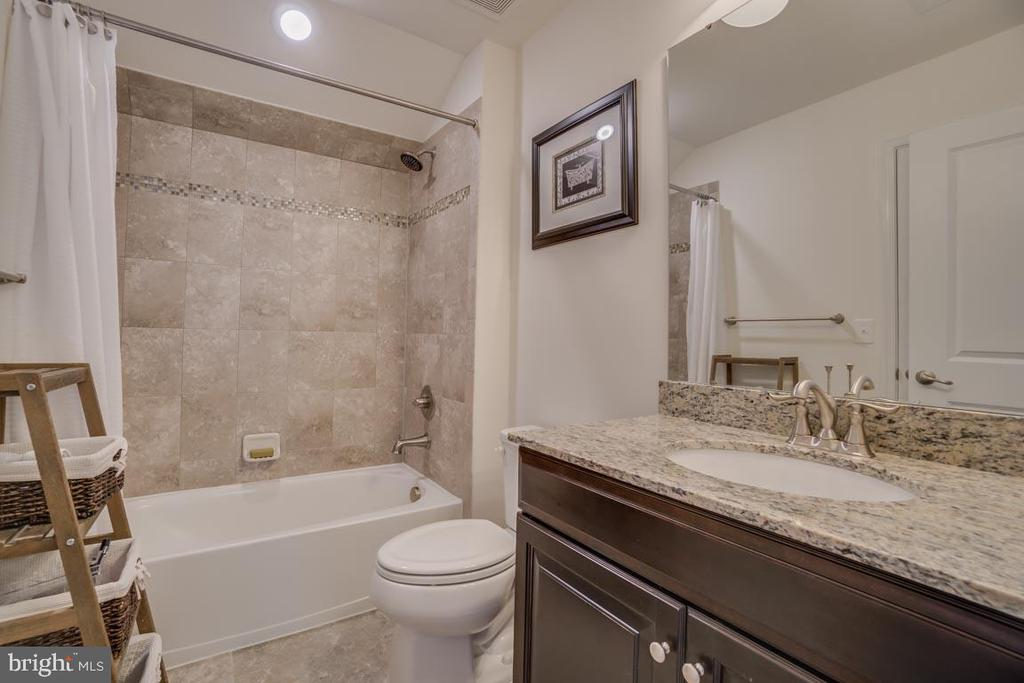 Ensuite baths in all bedrooms - 12472 SOUTHINGTON DR, WOODBRIDGE