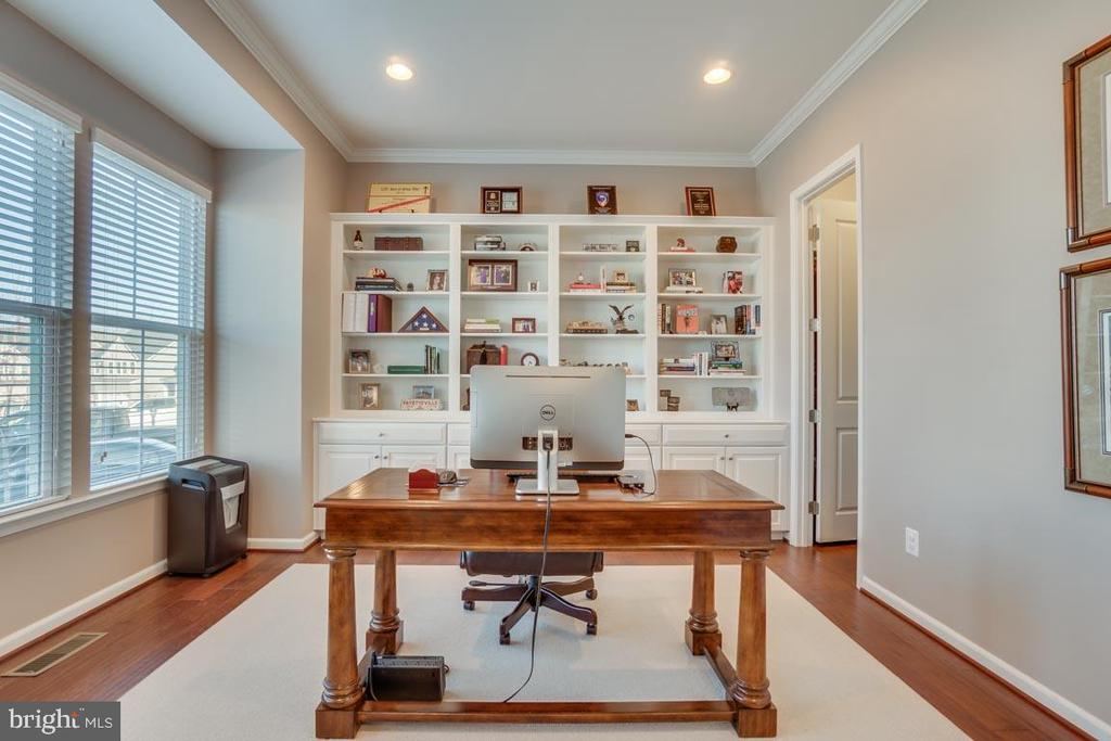 Office with built-ins - 12472 SOUTHINGTON DR, WOODBRIDGE