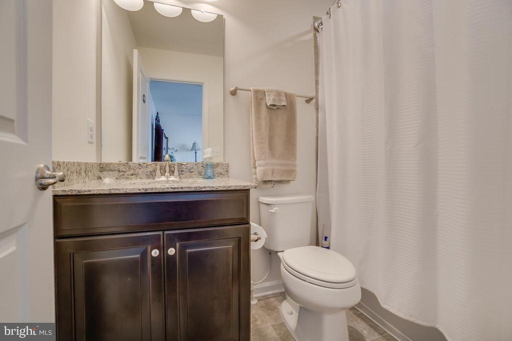 Guest bathroom - 12472 SOUTHINGTON DR, WOODBRIDGE