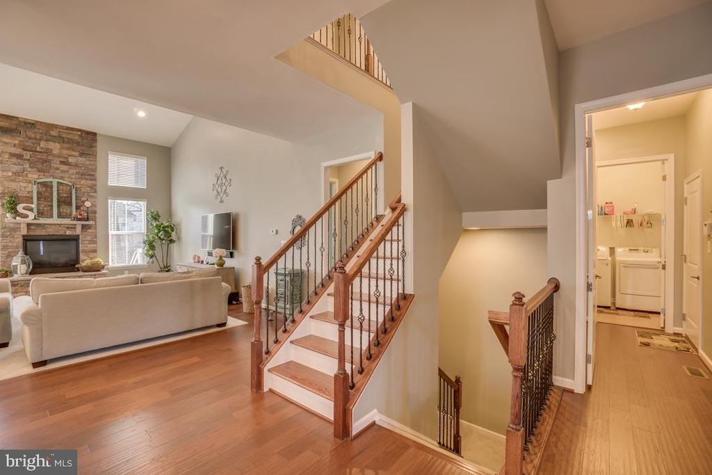 Staircase down to lower level - 12472 SOUTHINGTON DR, WOODBRIDGE