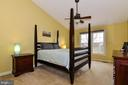 Master Bedroom with soaring ceiling - 43535 POSTRAIL SQ, ASHBURN