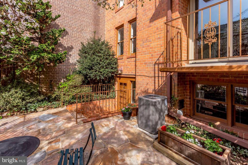 Enjoy the Quiet Neighborhood on this Patio! - 2102 MILITARY RD, ARLINGTON