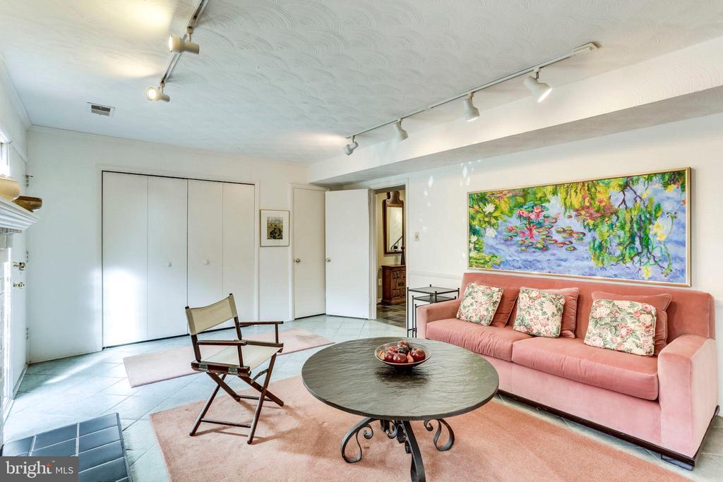 Main Level Family Room - 2102 MILITARY RD, ARLINGTON