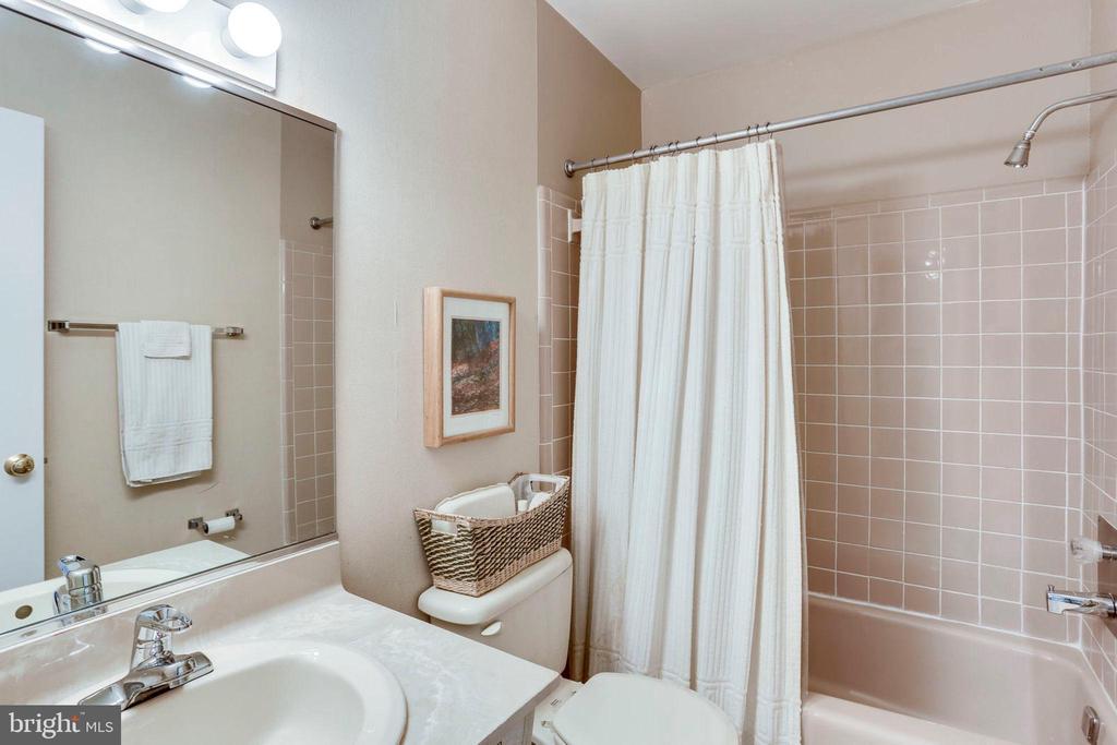 3rd Level Full Bath - 2102 MILITARY RD, ARLINGTON