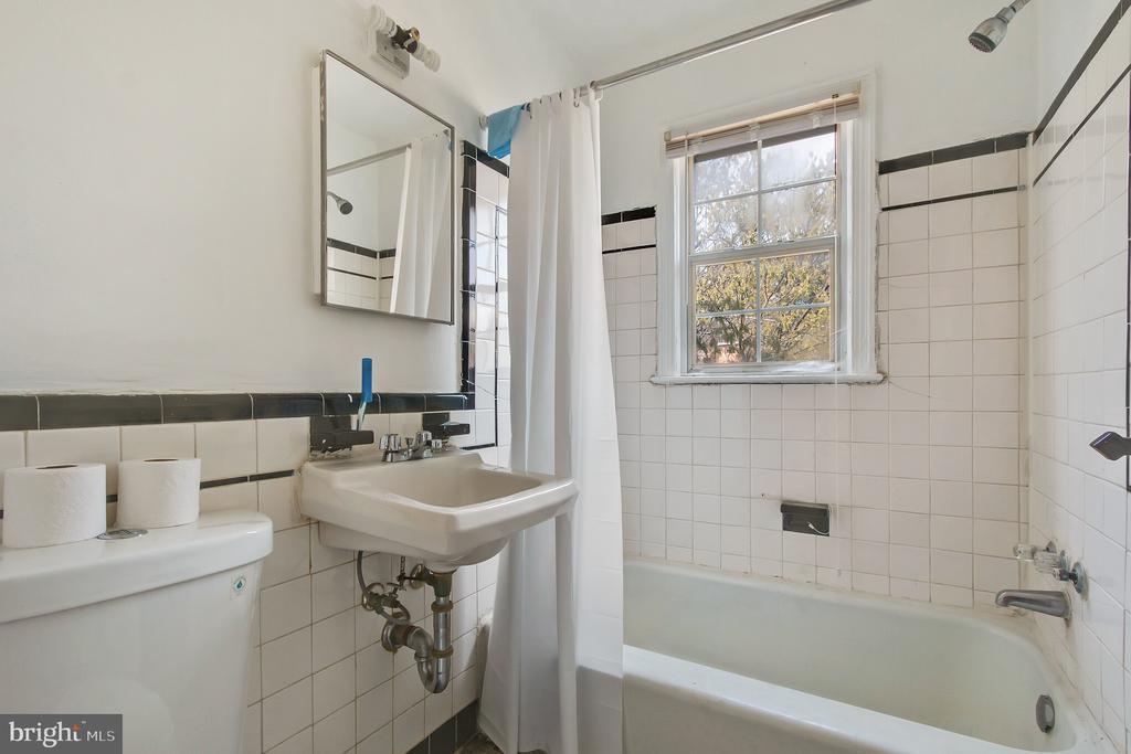 Full Bathroom - 93 HAWAII AVE NE, WASHINGTON
