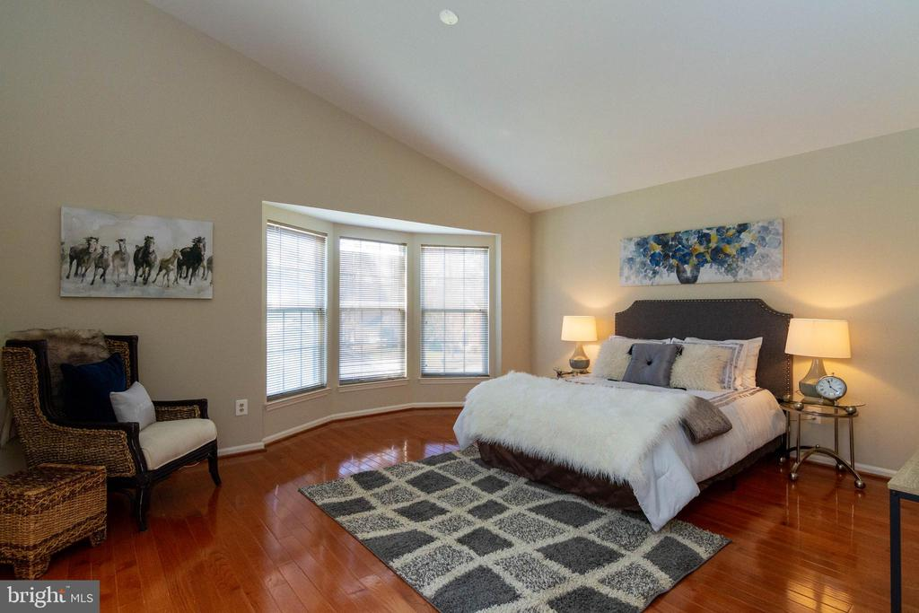 Master Bedroom with vaulted ceiling - 16612 ACCOLON CT, DUMFRIES