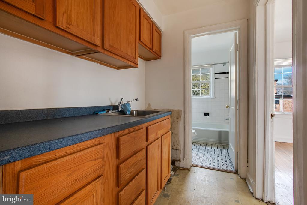 Nice Cabinet Space - 93 HAWAII AVE NE, WASHINGTON