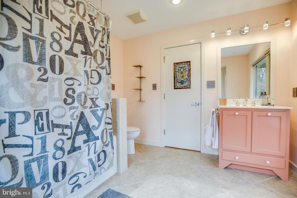 Bathroom for Bedroom 3 - 9 OLDE PLANTATION DR, FREDERICKSBURG