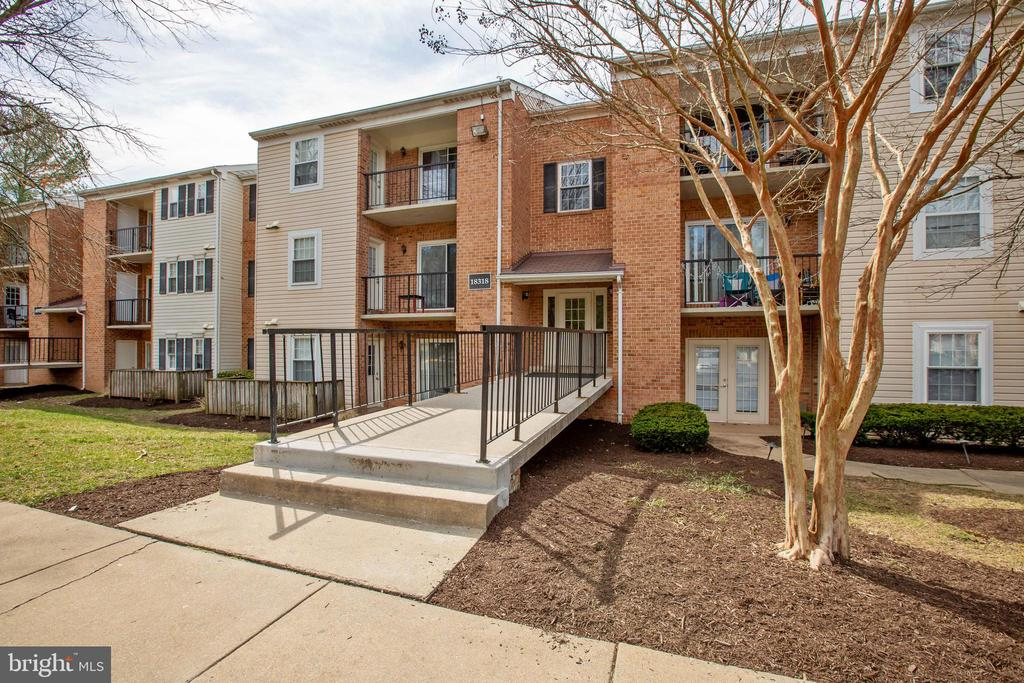 Wonderful condo in Rosewood Condo community - 18318 STREAMSIDE DR #203, GAITHERSBURG