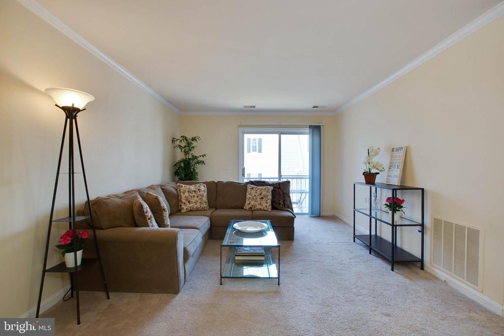 Living room - 18318 STREAMSIDE DR #203, GAITHERSBURG