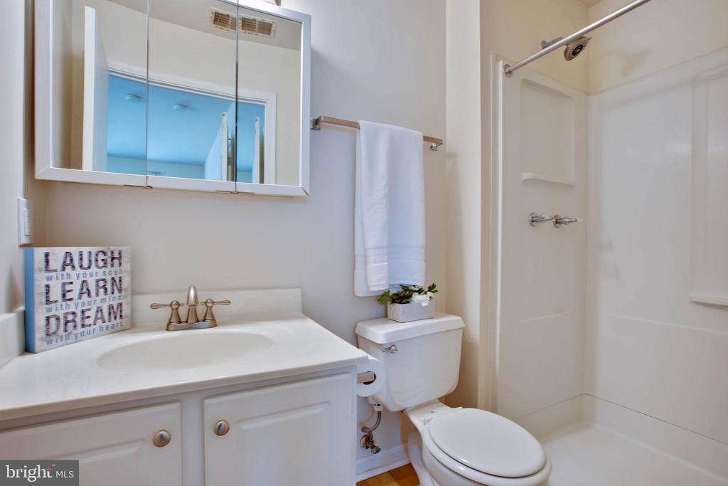 Owners Suite full bath - 18318 STREAMSIDE DR #203, GAITHERSBURG