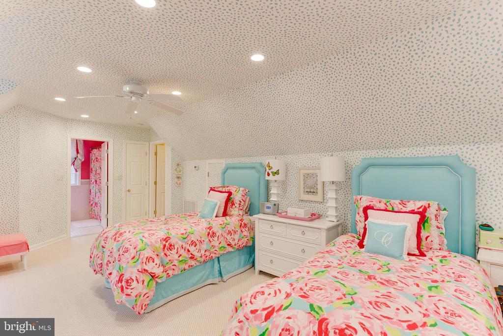Bedroom over garage - 9464 CORAL CREST LN, VIENNA